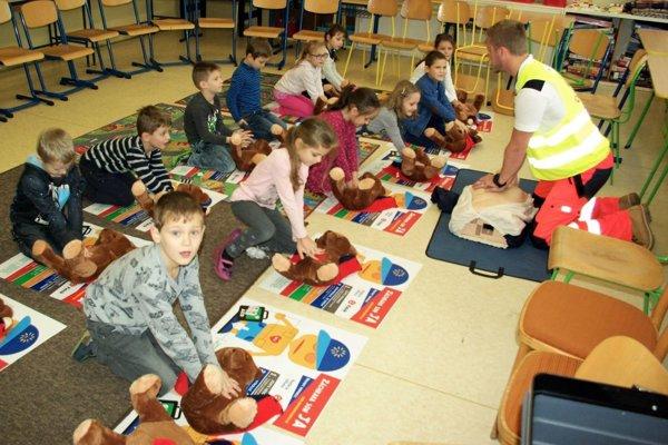 Deti na ZŠ J. Kronera sa učili narábať s defibrilátorom a trénovali aj masáž srdca.