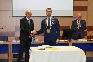 Insígnie novému primátorovi Dubnice nad Váhom Petrovi Wolfovi odovzdal zástupca jeho predchodcu František Mikolášek.