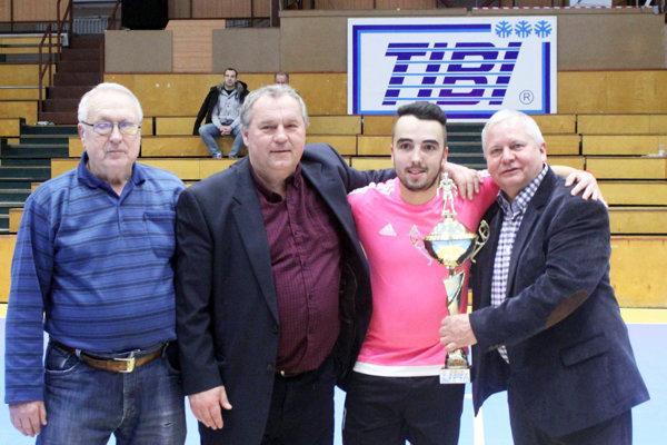 Tibor Rábek (vpravo) z firmy TIBI pred rokom blahoželal futbalistom FK Betonáris Šaľa k premiérovému triumfu.