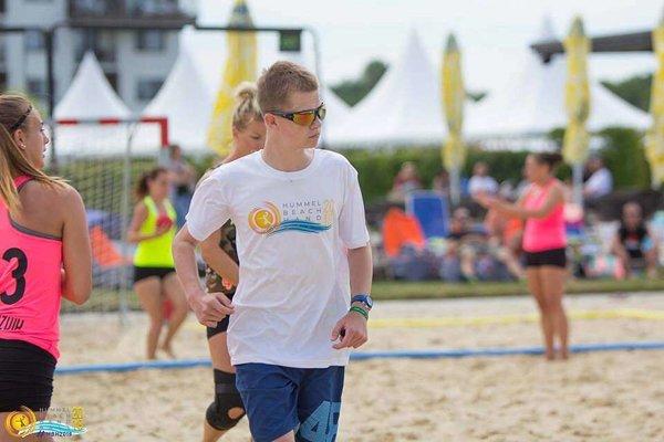 Dávid Chudoba počas turnaja v plážovej hádzanej.