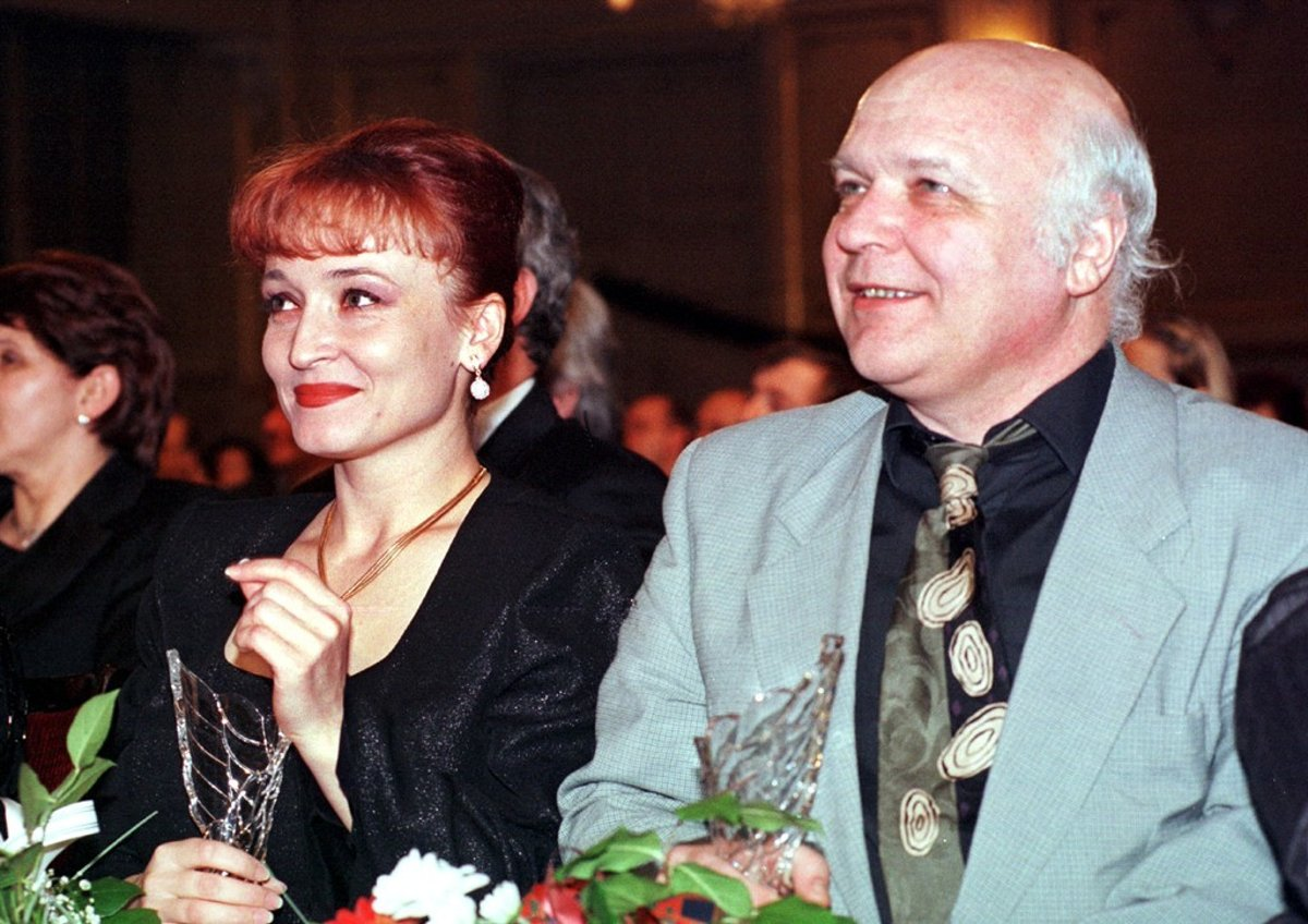 3f698210d7eb Lajos Grendel (vpravo) počas slávnostného večera udeľovania cien Krištáľové  krídlo 1998.