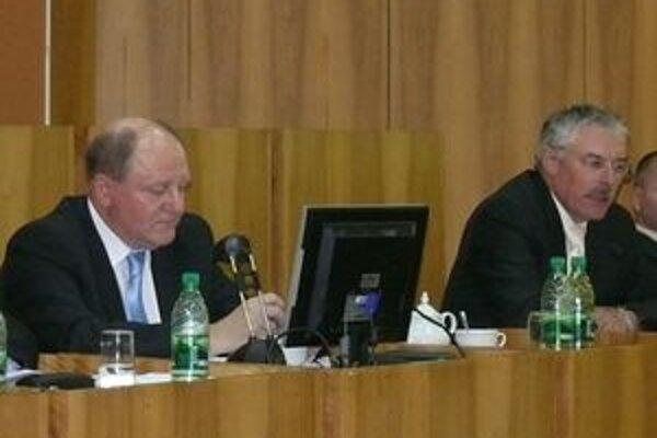 Primátor Miroslav Adame (vľavo) musel zvolať zastupiteľstvo znovu, tentoraz na utorok.