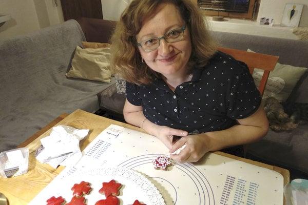 Elena Takáčová z Ruskova v okrese Trebišov sa vo voľnom čase venuje výrobe medovníkov.