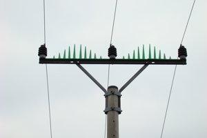 Hrebeň, ktorý bráni vtákom, aby dosadali na stĺp elektrického vedenia.