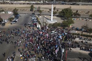 Migranti na hraničnom priechode Chaparral v Tijuane v Mexiku.