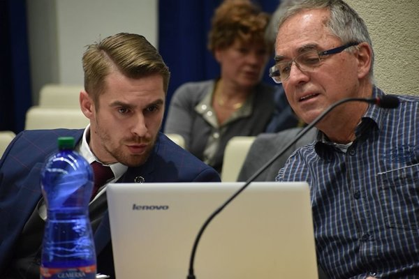 Novému primátorovi Dubnice nad Váhom (vľavo) schválili poslanci dvadsať percentné navýšenie k základnému platu.