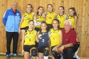 Hráčky Iskry s trénermi.