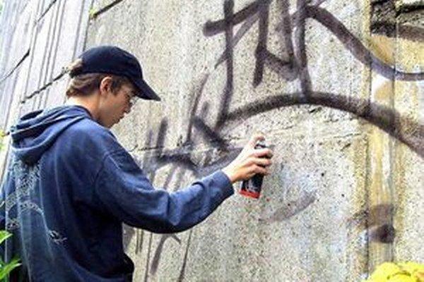 Mladík sprejoval na steny na Ulici Ľ. Fullu.