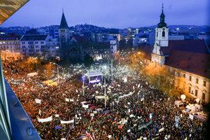 9. marca. Slovensko zažilo najväčšie protesty od roku 1989. V Bratislave protestovalo asi 40-tisíc ľudí a ďalšie tisíce sa pripojili v mestách po celom Slovensku aj v zahraničí.