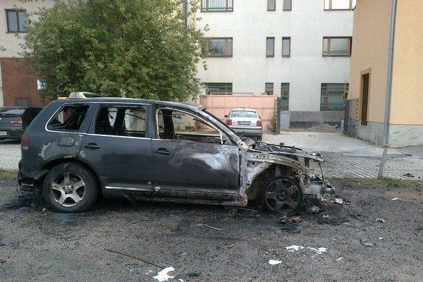 Auto zhorelo dnes nadránom.