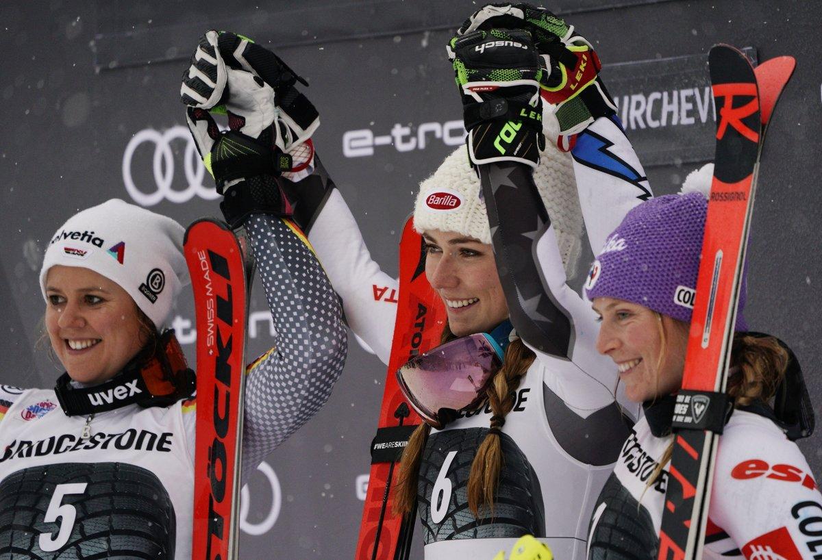 89b9c5301 Američanka Mikaela Shiffrinová (v strede) sa raduje z ďalšieho víťazstva.  Vľavo Nemka Viktoria