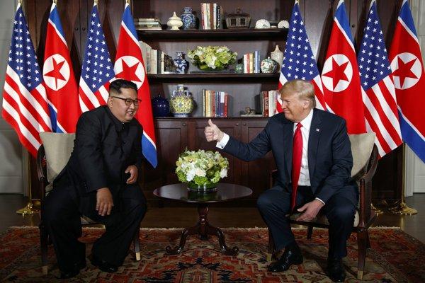 Americký prezident Donald Trump (vpravo) a severokórejský líder Kim Čong-un počas historického summitu v hoteli Capella na singapurskom ostrove Sentosa.