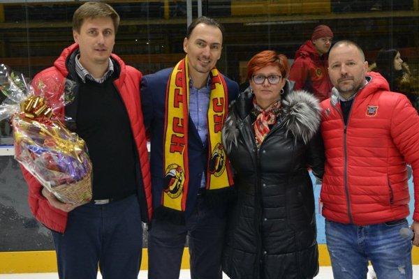 Zľava: prezident HC Topoľčany Ervín Mik, Miroslav Šatan, primátorka Topoľčian Alexandra Gieciová a tréner Topoľčian Ľubomír Hurtaj.