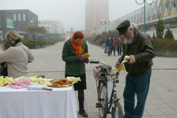 Pre raňajky sa zastavilo veľa ľudí, ktorí chodia do práce či školy na bicykli.