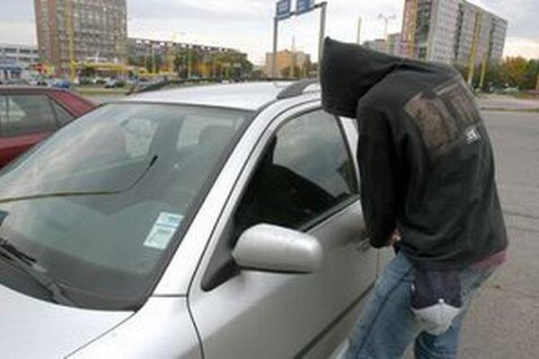 Zlodejovi nestačil lup zo šatne, pokračoval aj na parkovisku.