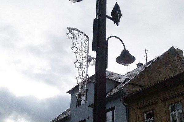 Býva zvykom, že staré prvky, ktoré mestá vymieňajú za nové, sa posúvajú do mestských častí. V Liptovskom Mikuláši to tento rok tak nebude. Doterajšie osvetlenie v centre mesta nie je možné použiť inde.