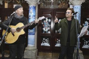 The Edge a Bono na charitatívnom koncerte.
