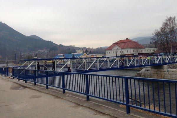 Ďalšie dve až tri desaťročia by podľa ružomberskej radnice mala vydržať nová lavica cez rieku Váh.