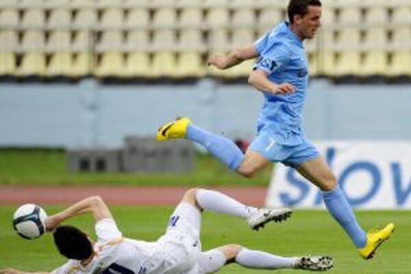 Bývalý hráč Dubnice Kuzma (v modrom) uniká Dubničanovi Obertovi.