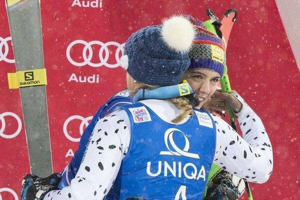 Na snímke slovenská reprezentantka v alpskom lyžovaní Veronika Velez - Zuzulová (chrbtom) sa objíma so Slovenkou Petrou Vlhovou