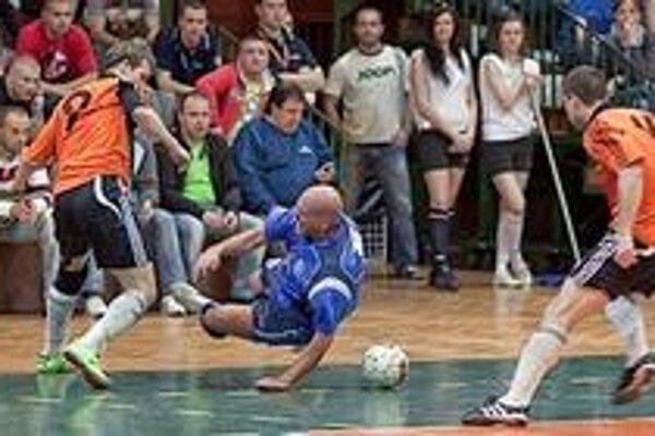 Slovmatic (oranžovom) zdolal v prvom finále Dubnicu 6:3.