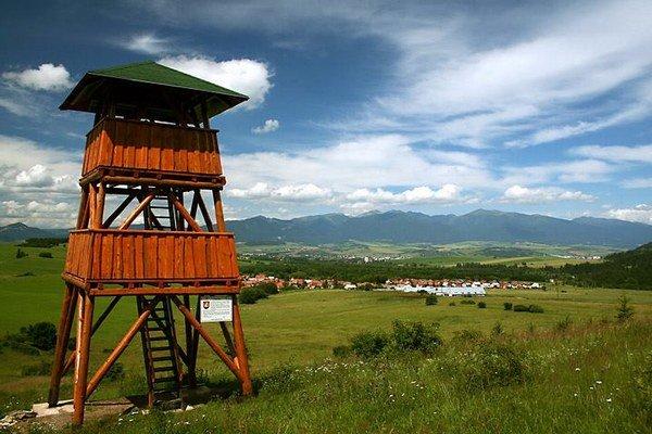 Rozhľadňa nad Pavčinou Lehotou. Vidieť z nej Chočské vrchy aj Západné Tatry.