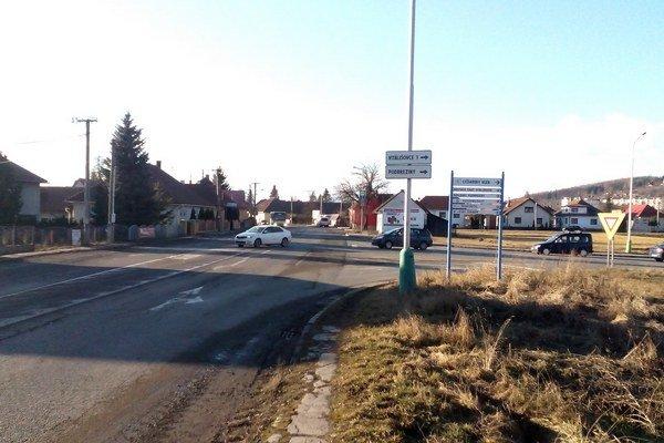 Prikázaným smerom na križovatke zo Závažnej Poruby by autá nasmerovali na veľký kruhový objazd. Tam by sa otočili a bez komplikácií sa dostali do mesta.