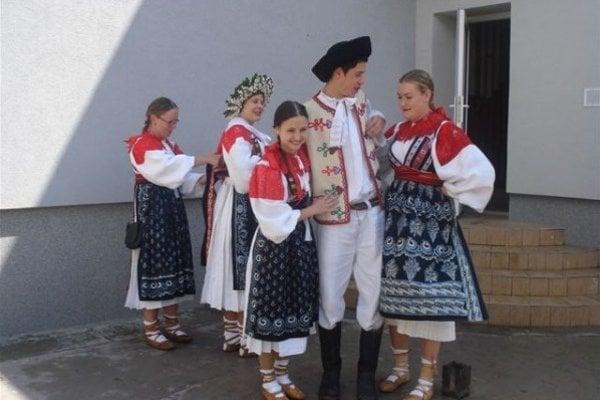 Dôležitú úlohu v zachovávaní a pripomínaní pôvodných zvykov má miestna aktívna folklórna skupina Lúžňan.