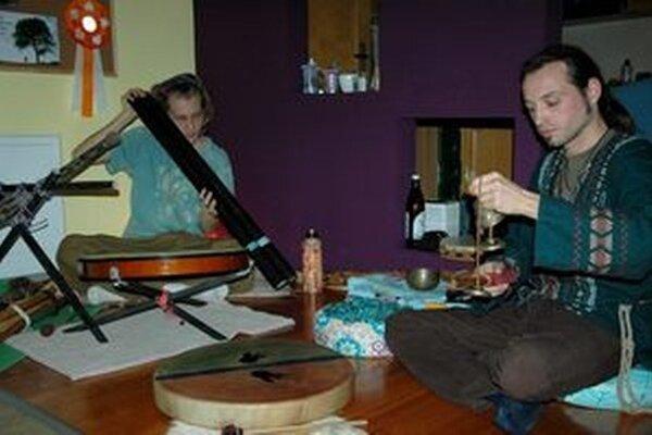 Roman (vpravo) a Maťo v objatí svojich hudobných nástrojov.