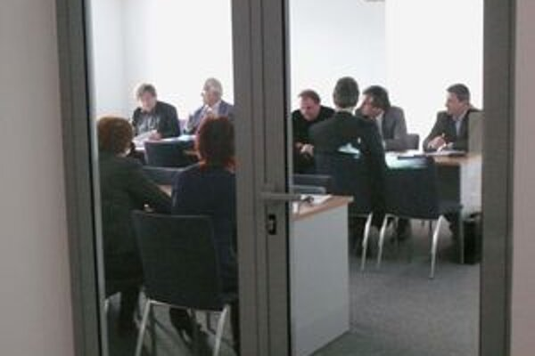 Členovia komisie na rokovaní novinárov nechceli.