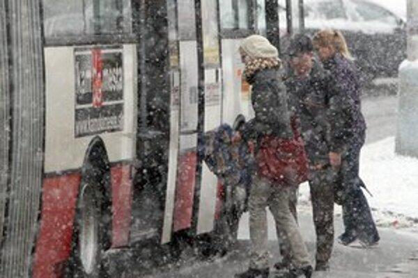 Pred cestovaním vlakom aj autobusom si poriadne prezrite nové cestovné poriadky.