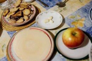 Aj jedlá na štedrovečernom stole vyjadrujú symboliku. Jedlá pripravené zo šošovice, hrachu, kapusty a maku – bohatstvo; cesnak, orechy a petržlenová vňať – ochranu pred chorobami; med a červené jablko – obľúbenosť a lásku; vianočné oblátky – súdržnosť rod