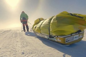 Na snímke americký dobrodruh Colin O'Brady (33), ktorý ako prvý človek prekrižoval Antarktídu sám a bez pomocných prostriedkov.