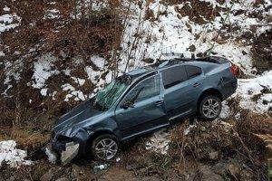 Ukradnuté auto skončilo v rokline.