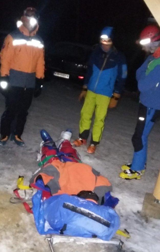 Zranený skialpinista na záchranárskych saniach.
