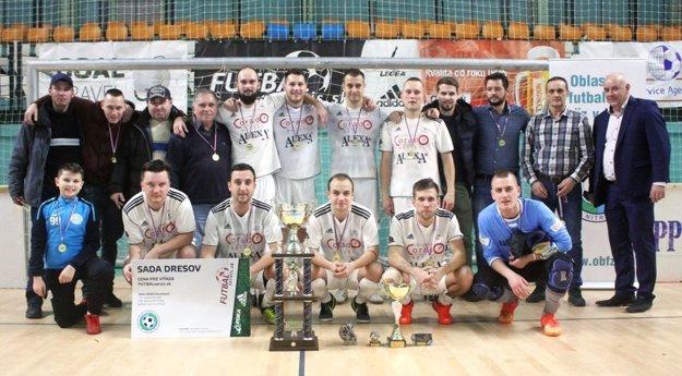 Chrenová vyhrala Moget Cup prvýkrát od roku 2009, podpis nesie i Borko (v hornom rade druhý sprava).