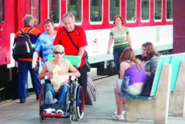 Pre pohodlnejšie nastupovanie a vystupovanie telesne postihnutých ľudí budú mať na železničných staniciach zdvíhacie plošiny.