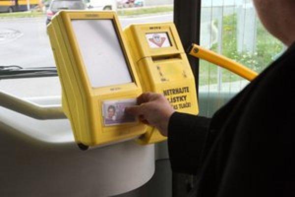 Vlani sa prepravilo na dopravnú kartu 916-tisíc cestujúcich.