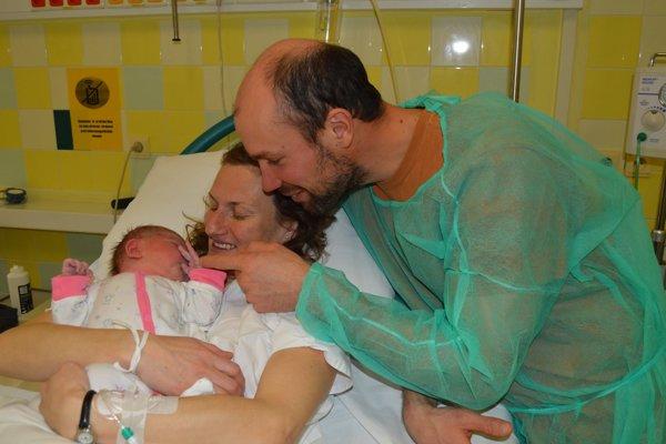 Anička, prvé bábätko Liptova roku 2019, s rodičmi.