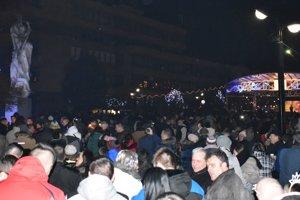 Michalovské námestie bolo počas silvestrovskej noci plné.