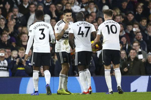 Futbalista Fulhamu Aboubakar Kamara (uprostred vpravo) a jeho spoluhráč Aleksander Mitrovič (druhý zľava) sa hádajú, kto z dvojice pôjde kopnúť penaltu.