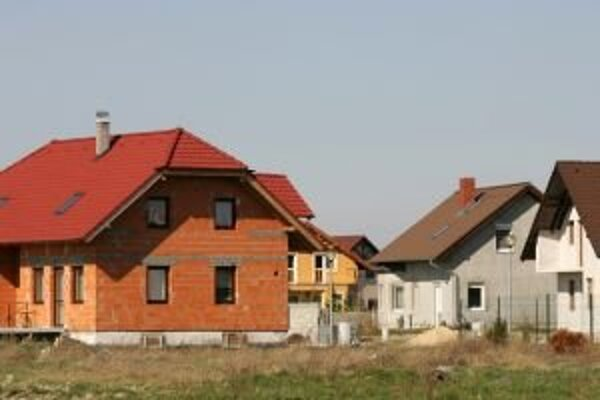 V Liptovskomikulášskom okrese je viac stavebných pozemkov ako v Ružomberskom. Dôvodom je geografická poloha, Ružomberok leží v kotline a nemá toľko možností rozširovať sa.