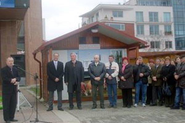 Prvý v regióne. V Dubnici nad Váhom slávnostne otvorili prvý mliečny automat v našom regióne.