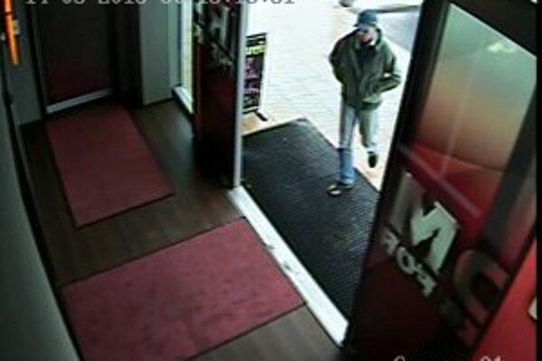 Jeden z mužov, zachytený priemyselnou kamerou, po ktorom pátra polícia.