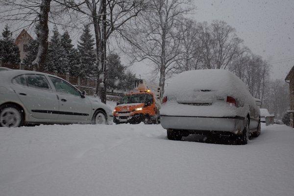 Takto to vyzeralo vo štvrtok dopoludnia na cestách v Kremnici.