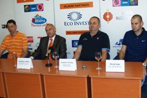 Na fotografii  zľava  bývalý tréner Štefan Svitek, prezident MBK Ružomberok Stanislav Bella, generálny manažér klubu Stanislav Onuška a nový tréner Juraj Suja.