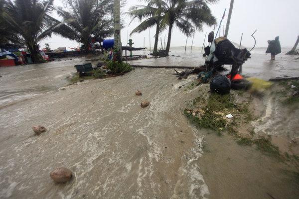 Thajsko zasiahla silná tropická búrka.