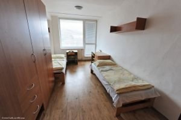 Výhodou ubytovania v internátoch oproti klasickým penziónom je nižšia cena.