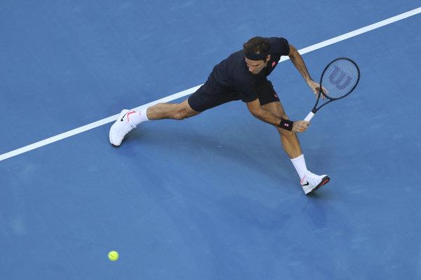Roger Federer v zápase proti Alexandrovi Zverevovi.