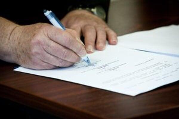 Najmä starší ľudia by nemali podpisovať žiadne zmluvy predtým, ako sa poradia s právnikom alebo príbuznými.